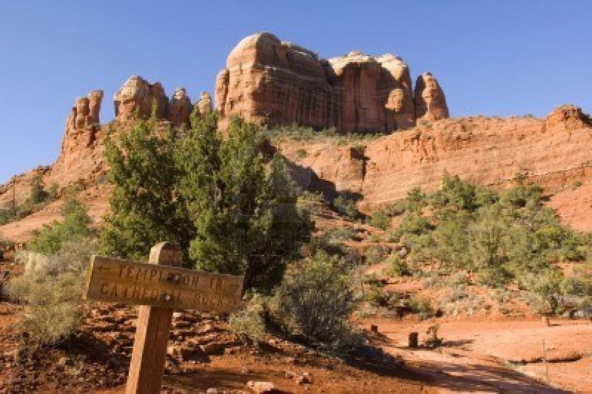 7151480-a-sign-marking-the-trail-leading-to-cathedral-rock-in-sedona-arizona