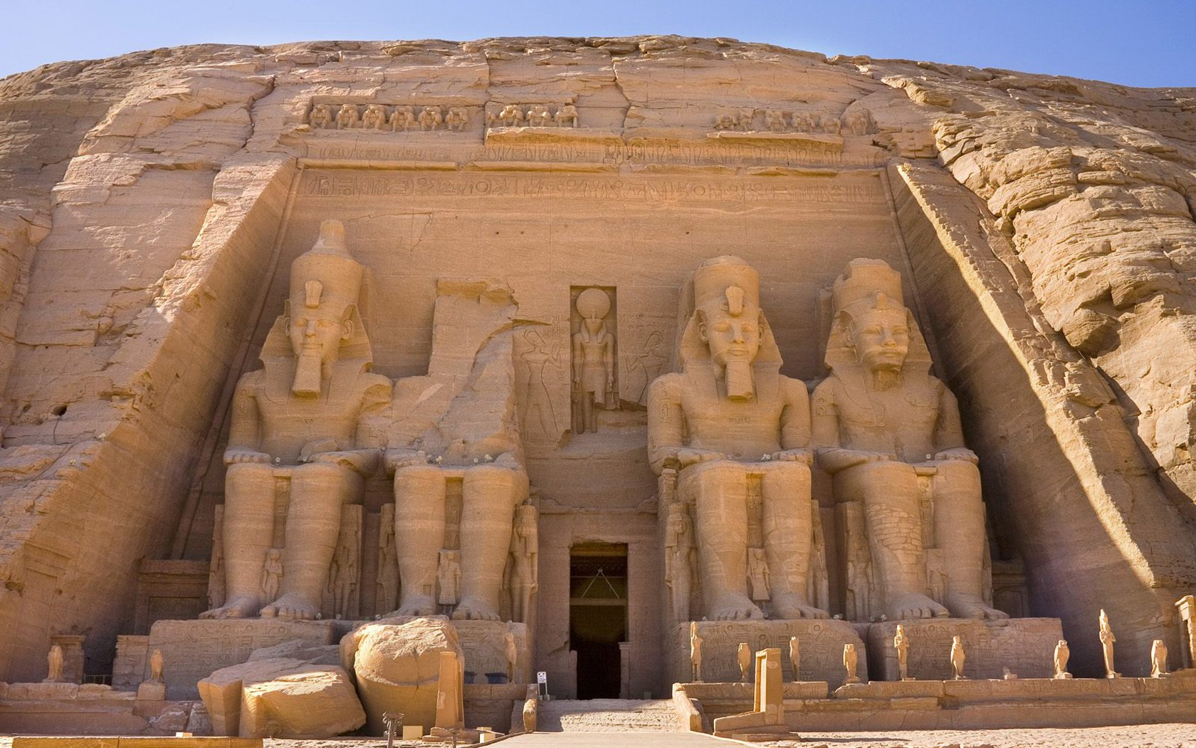 Giant sitting statues from Temple of Ramesses ii in Egypt